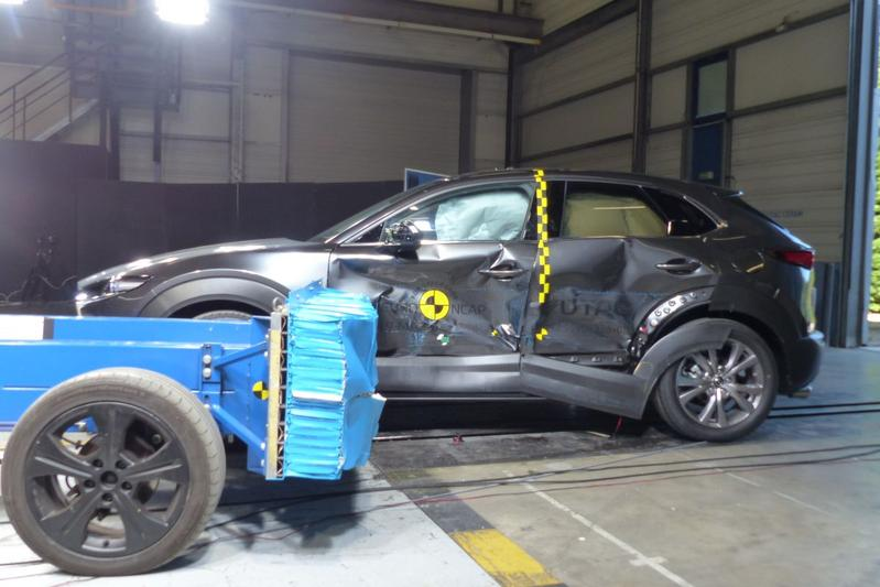 CX-30 wint crashtest